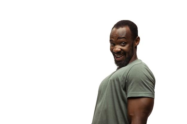 Weet wat ik bedoel jonge afro-amerikaanse man met grappige ongewone populaire emoties