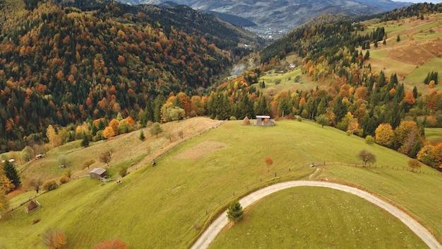 Weg bij de luchtfoto van de bergtop