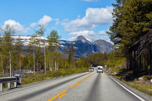 Weg bij de noorse bergen, noorwegen