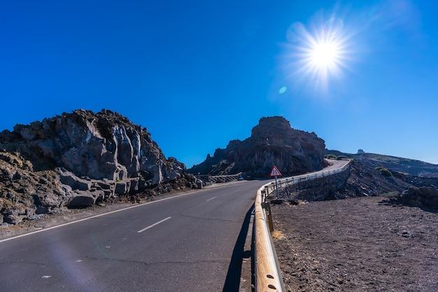 Weg bovenop de caldera de taburiente tijdens de trektocht bij roque de los muchachos op een zomermiddag, la palma, canarische eilanden. spanje