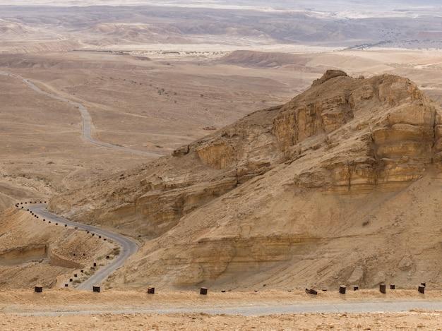 Weg die door een woestijn, schorpioenenovergang, arava-vallei, negev-woestijn, israël overgaat