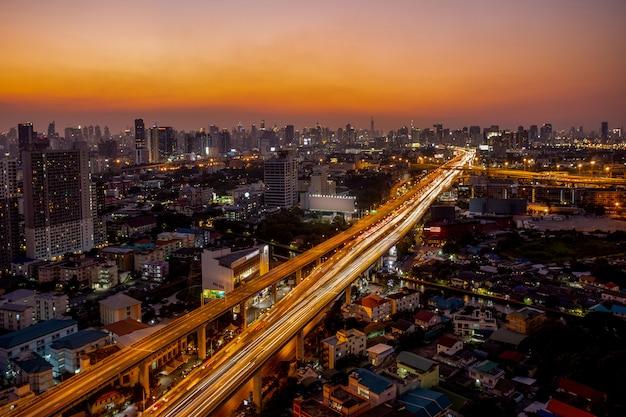 Weg en hoofdverkeer in bangkok, thailand