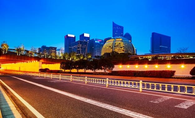 Weg- en moderne architectuur kantoorgebouw in het financiële district van hangzhou
