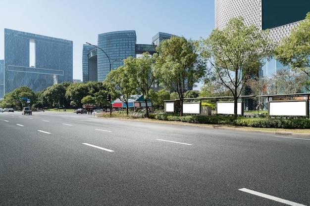 Weg en moderne stedelijke architectuur in qiantang-rivier nieuwe stad, hangzhou, china