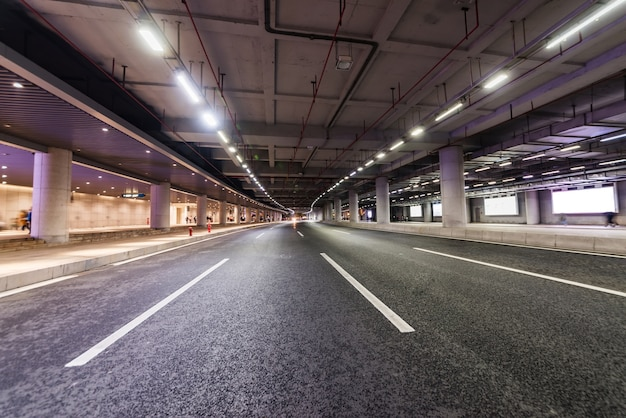 Weg en ondergrondse tunnel in guangzhou, china