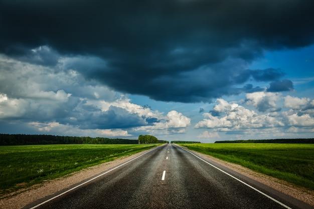 Weg en stormachtige lucht