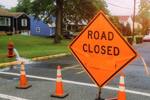 Weg gesloten teken op veiligheidswaarschuwingsbord die op openbare bezige woonwijk van toepassing zijn