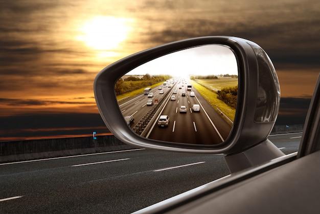 Weg in achteruitkijkspiegel