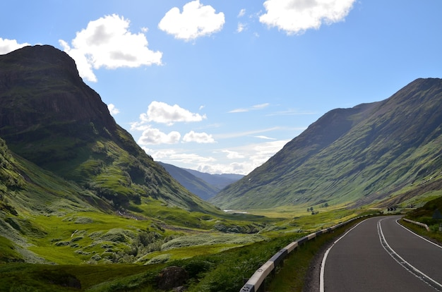 Weg in de bergen in glencoe, schotland