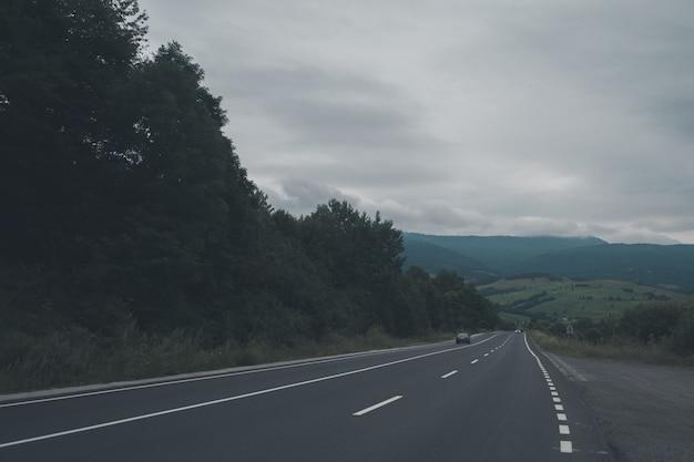 Weg in de bergen tijdens de mist