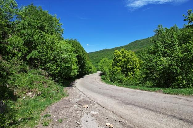 Weg in de bergen van de kaukasus