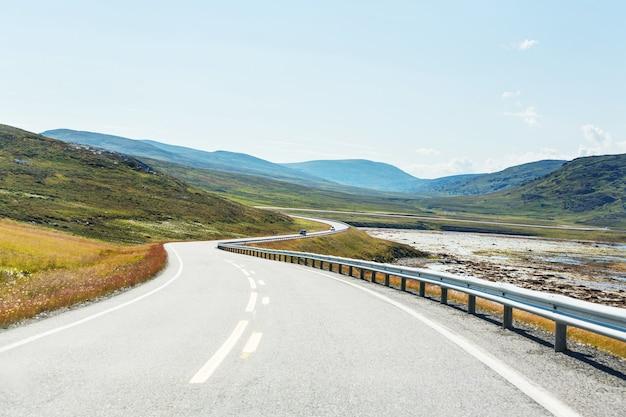 Weg in de bergen van noorwegen in het zomerseizoen