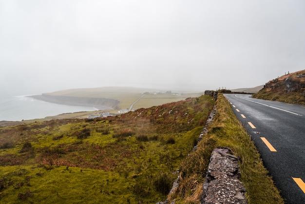 Weg in de buurt van de kust op een bewolkte dag