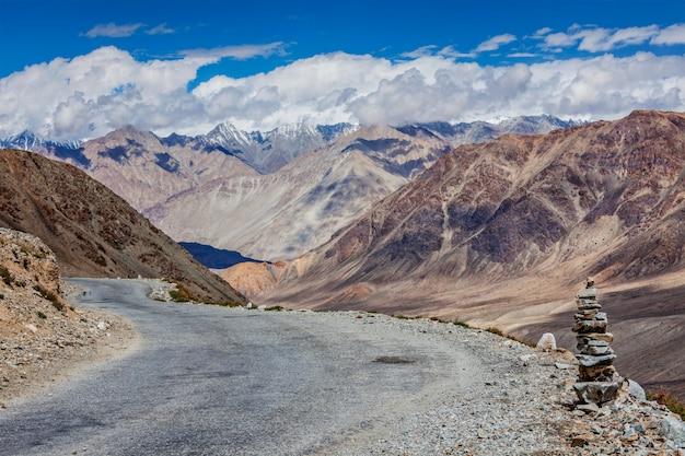 Weg in de himalaya in de buurt van kardung la pass