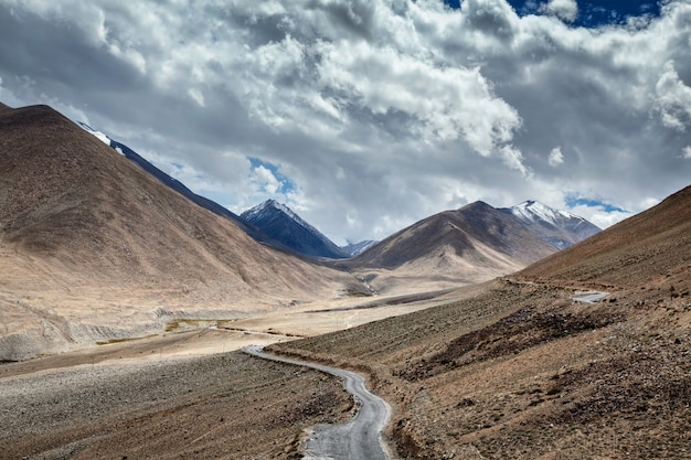 Weg in de himalaya. ladakh, india