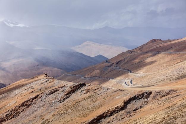 Weg in de himalaya met bergen