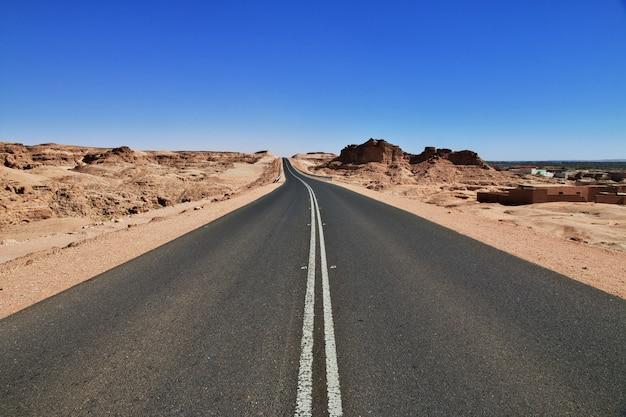 Weg in de woestijn van de sahara, afrika
