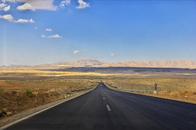 Weg in de woestijn van iran