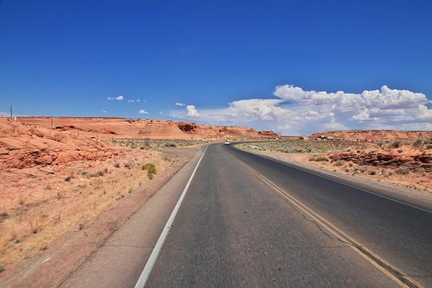 Weg in de woestijn van nevada, verenigde staten