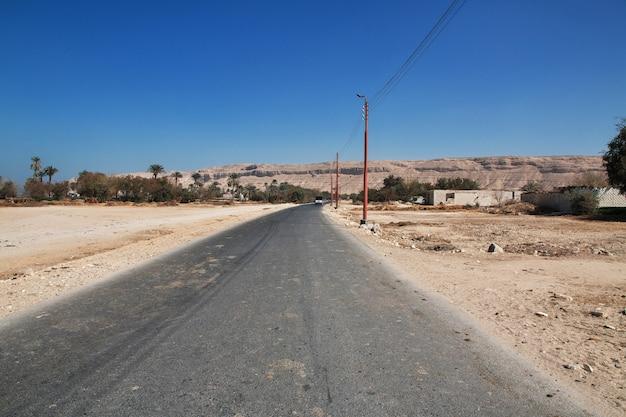 Weg in deser sahara in amarna, egypte
