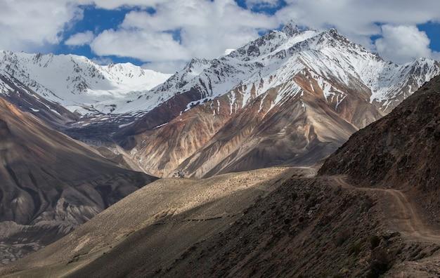 Weg in het pamir-gebergte, wakhan corridor, op de grens van tadzjikistan en afghanistan.