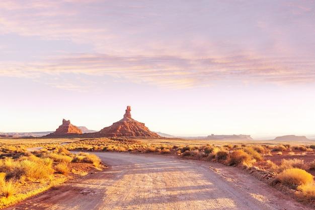 Weg in het prairieland. verlaten natuurlijk landschap.