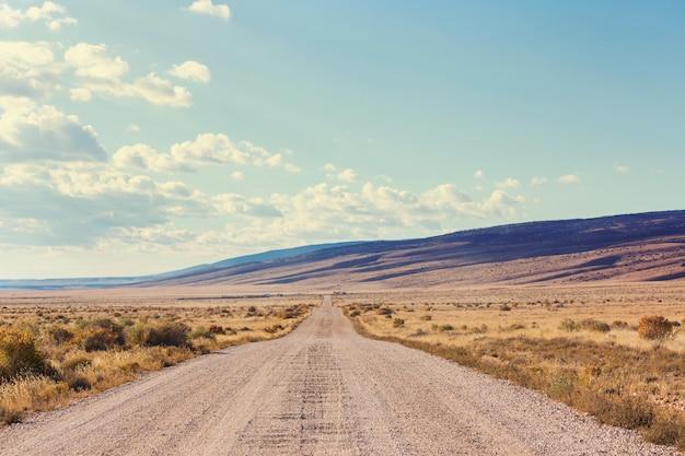 Weg in het prairieland. verlaten natuurlijke reisachtergrond.