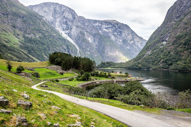 Weg in noorwegen over bergen, heuvels en fjorden.