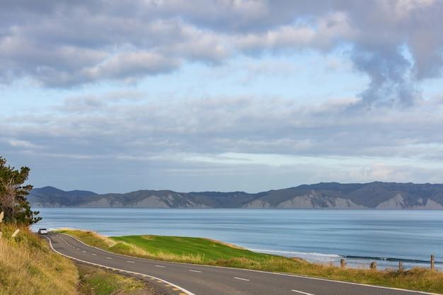 Weg langs de prachtige oceaankust van nieuw-zeeland
