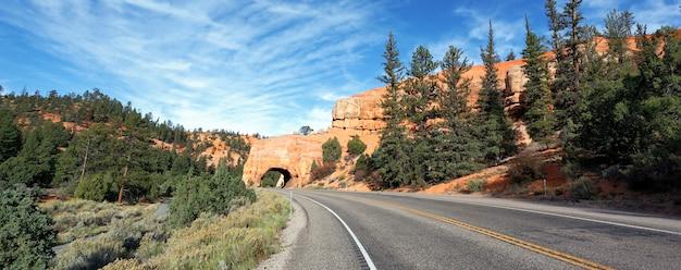 Weg naar bryce canyon national park door tunnel in de rots vs.