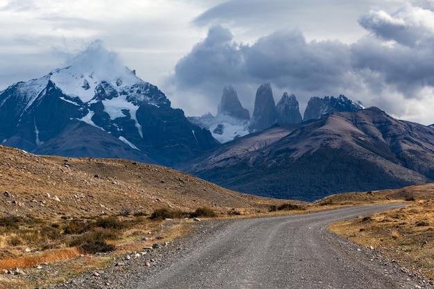 Weg naar de bergketen torres del paine.