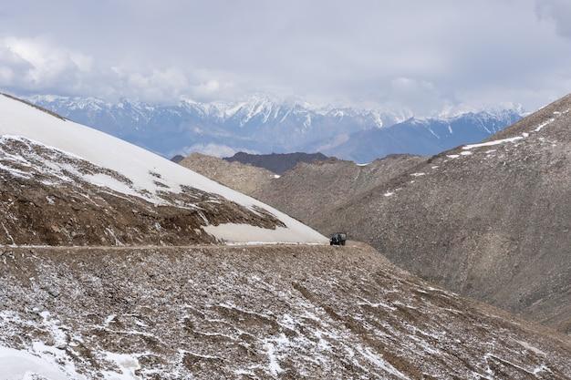 Weg naar de noordelijke indiase himalaya-regio
