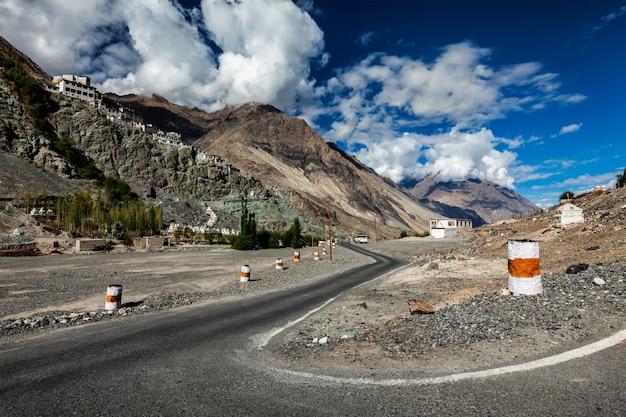 Weg naar diskit gompa tibetaans boeddhistisch klooster, ladakh