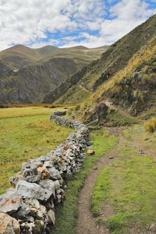 Weg naar het dorp vilca ten noorden van huancaya.