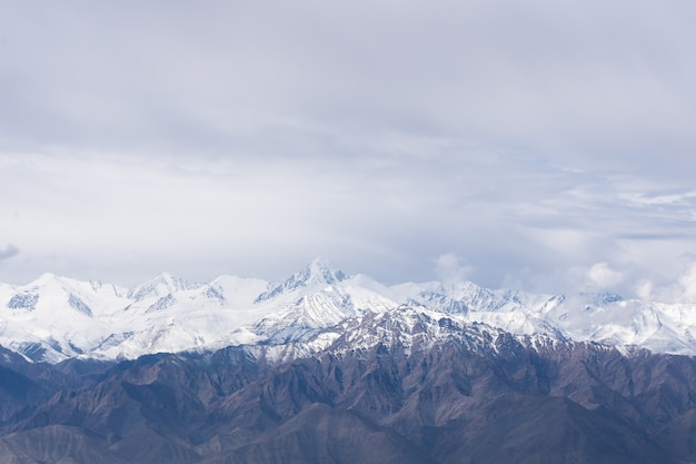 Weg naar het noordelijke indiase berggedeelte van de himalaya