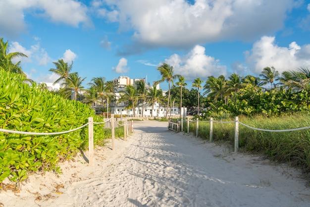 Weg naar het strand in miami florida met oceaan