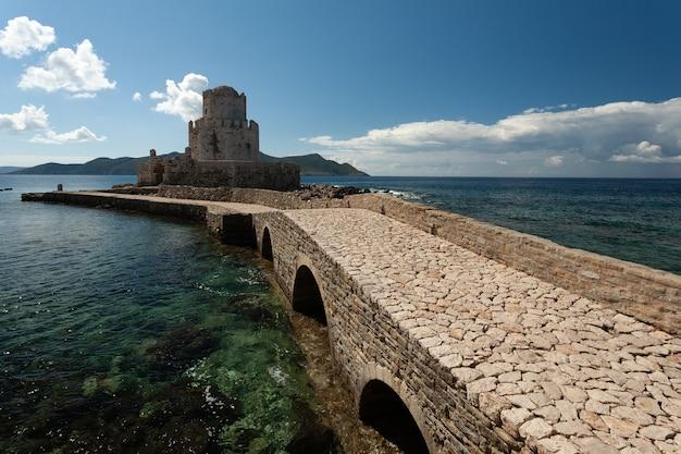 Weg naar het venetiaanse fort van methoni onder een blauwe hemel in griekenland