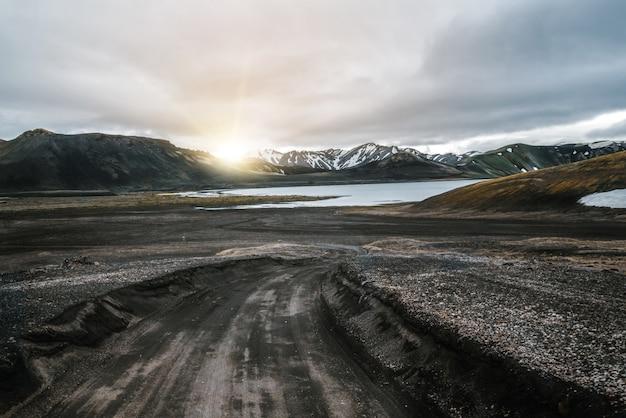 Weg naar landmanalaugar op hooglanden van ijsland.