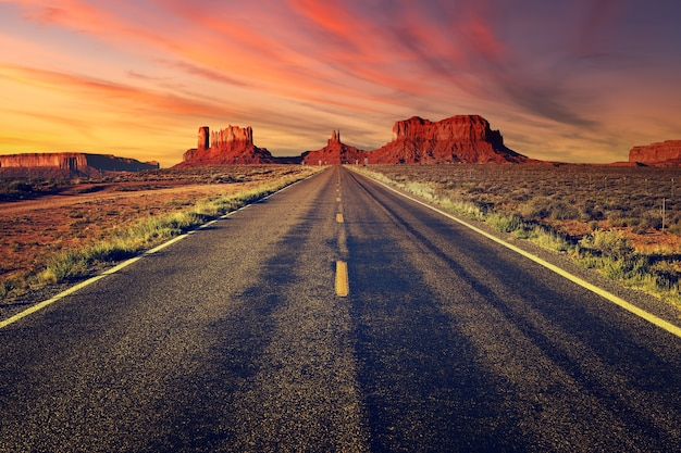 Weg naar monument valley bij zonsondergang, verenigde staten