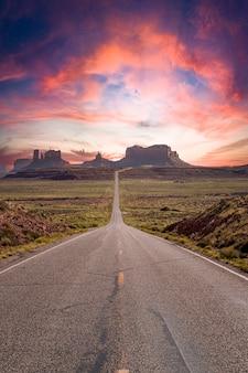Weg naar monument valley in de verenigde staten tijdens zonsondergang