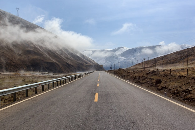 Weg naar prachtige bergen, bergen van leh, ladakh, jammu en kasjmir, india