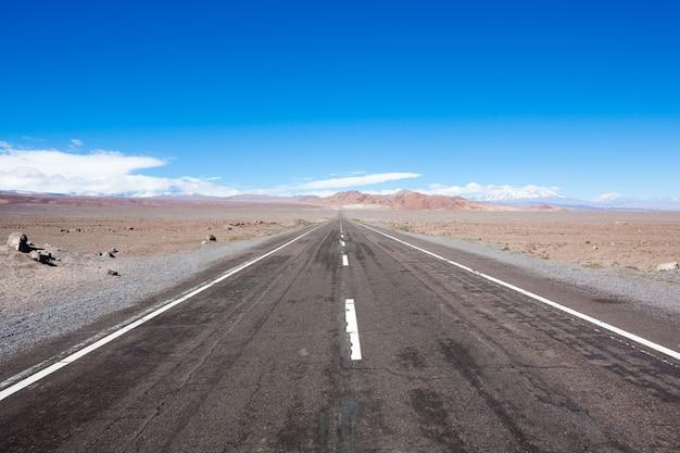 Weg naar san pedro de atacama, chili landschap. perspectief uitzicht op asfaltweg