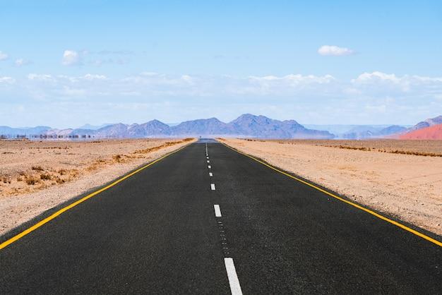 Weg naar spitzkoppe bergen. de spitzkoppe, is een groep kale granietpieken in de swakopmund namib-woestijn - namibië