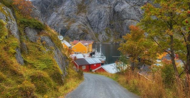 Weg naar vissersdorp nusfjord, fjord en zee noorwegen, lofoten-eilanden in gouden herfst