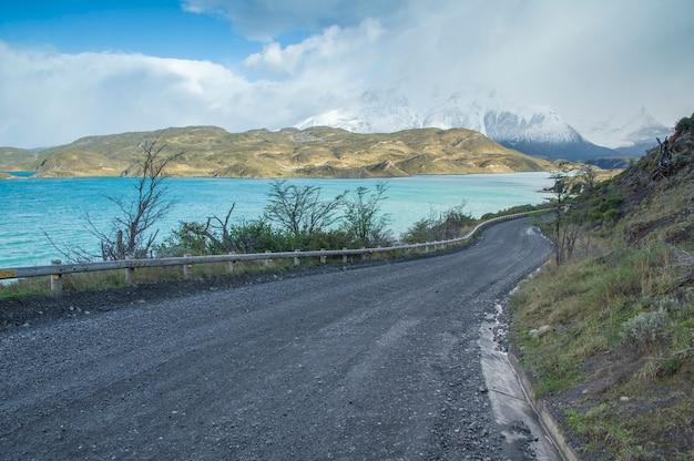 Weg naast het meer in het nationale park van torres del paine, chili
