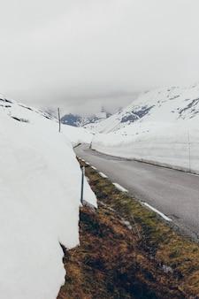 Weg omringd door grote blokken sneeuw