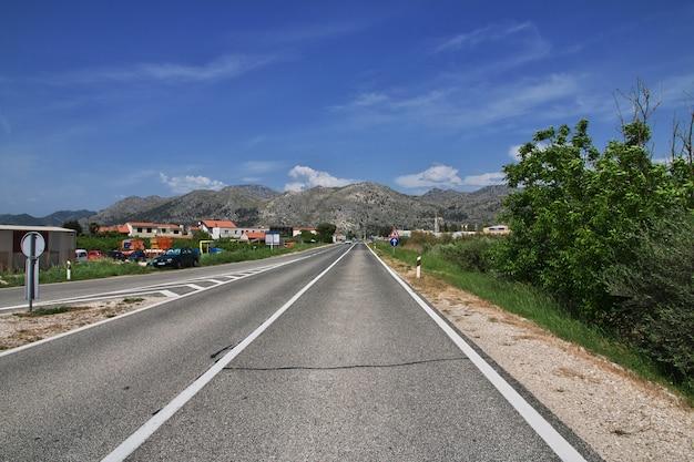 Weg op de kust van de adriatische zee, kroatië
