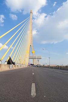 Weg op de rama viii-brug