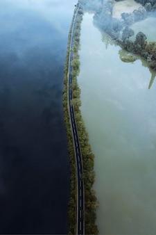 Weg op een meer met drone-opname