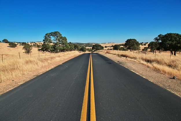 Weg op velden van californië, verenigde staten